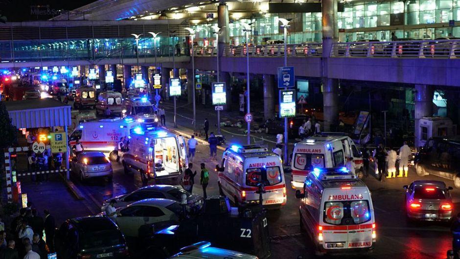 Ambulancias y fuerzas de seguridad llegan al aeropuerto (Crédito: Mehmet Ali Poyraz/Getty Images)