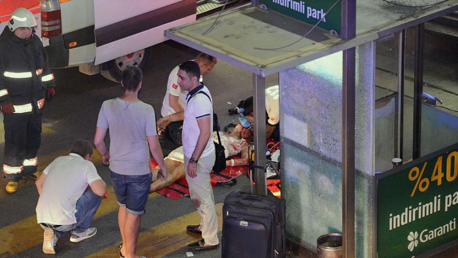 Una foto obtenida por la agencia Ilhas muestra al personal de emergencia atendiendo a una mujer herida tras las dos explosiones en el aeropuerto Ataturk (Crédito: AFP / ILHAS NEWS AGENCY/Getty Images)