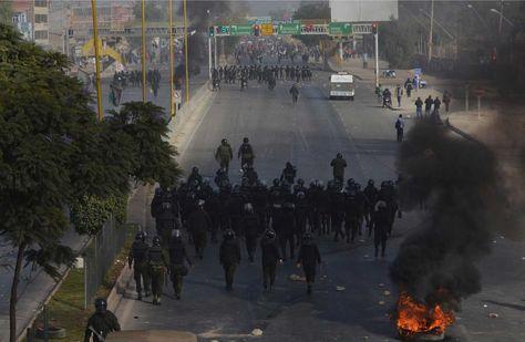 Enfrentamientos entre movilizados y policías en la avenida Blanco Galindo. Foto: Fernando Cartagena