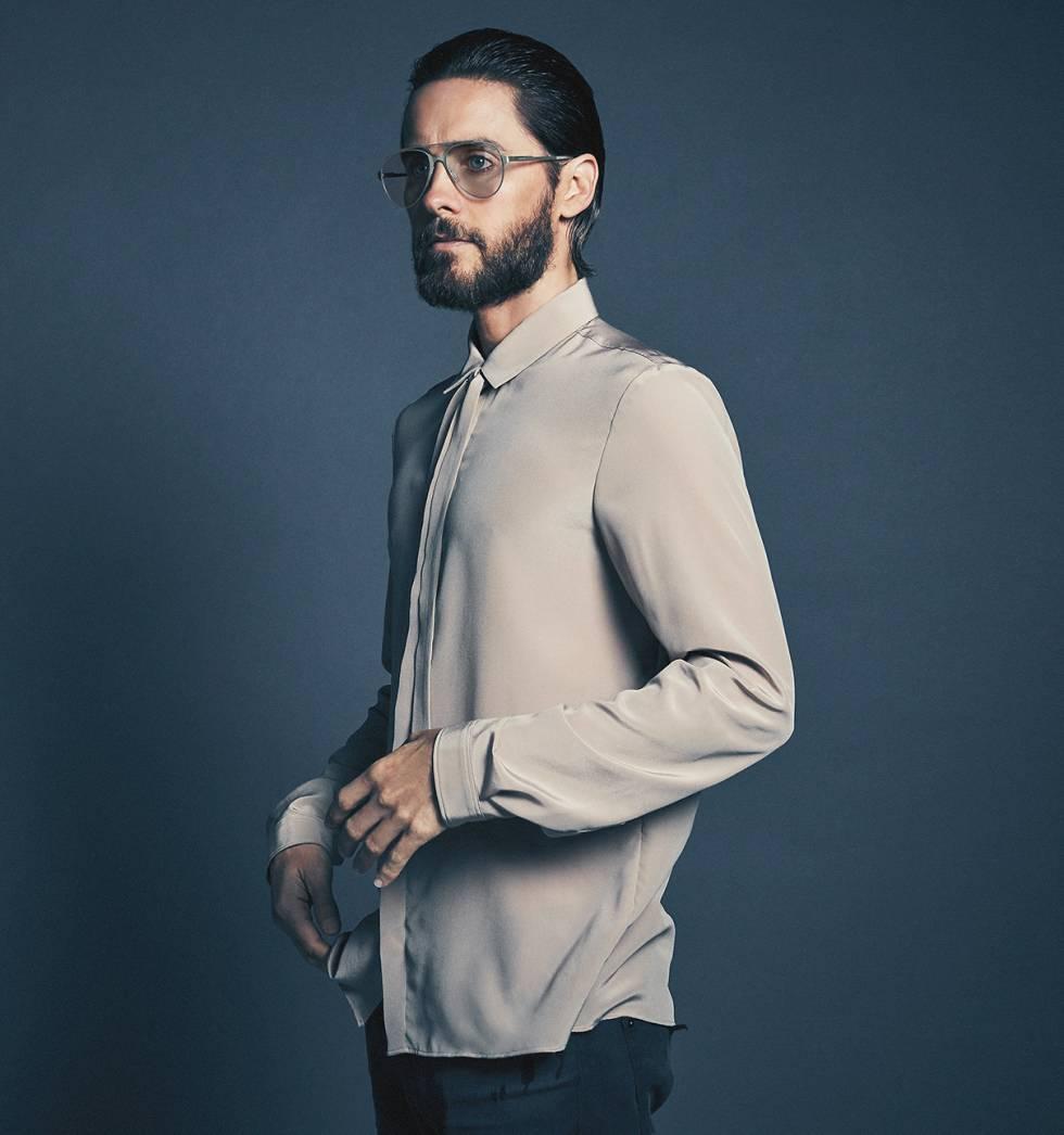 Jared se ha puesto una camisa Gucci, vaqueros Dolce & Gabbana y gafas Carrera.