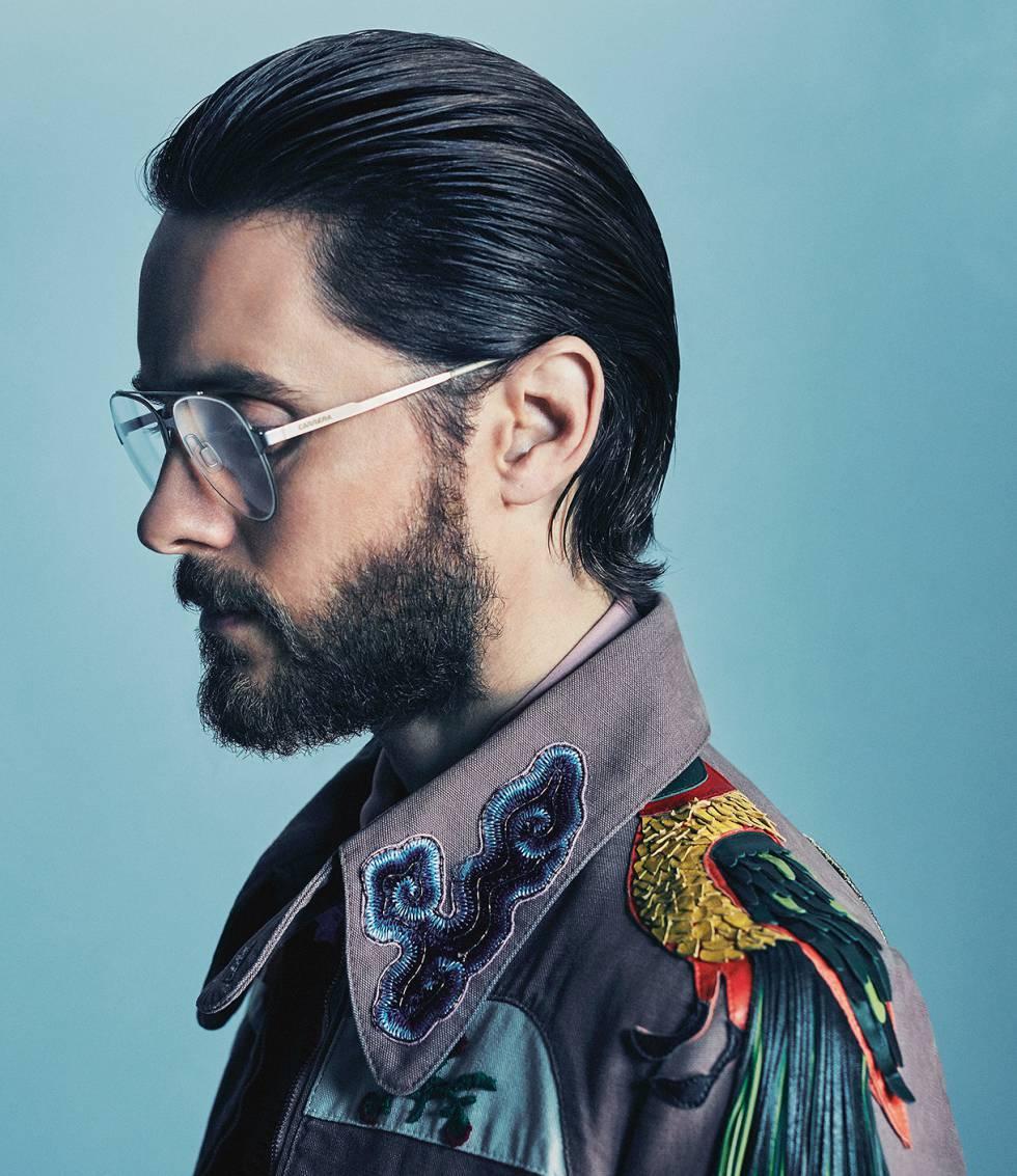 El actor y cantante en su casa de Los Ángeles, con chaqueta bordada Gucci y gafas Carrera.