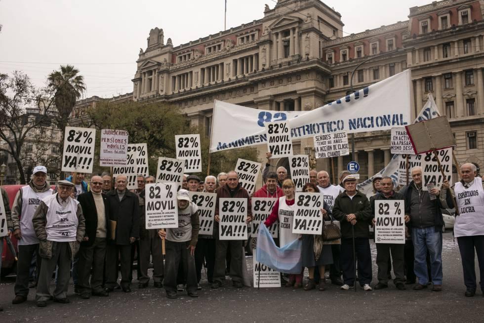 Jubilados protestan frente a la Corte Suprema argentina.