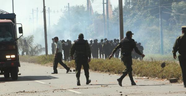 Los fabriles, pese a ser gasificados, han anunciado que mañana volverán a reanudar las protestas