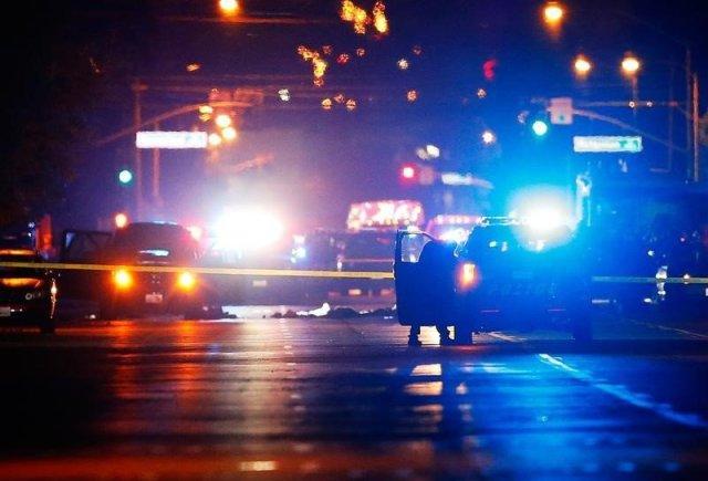 Vehículos policiales delimitan la escena en donde dos sospechosos fueron disparados tras un tiroteo masivo en San Bernardino, California, 2 de diciembre de 2015. La mañana del miércoles, Syed Rizwan Farook, de 28 años, y Tashfeen Malik, de 27, dejaron a su bebé de seis meses con la madre de Farook, asegurando que iban a una cita médica. REUTERS/Mike Blake