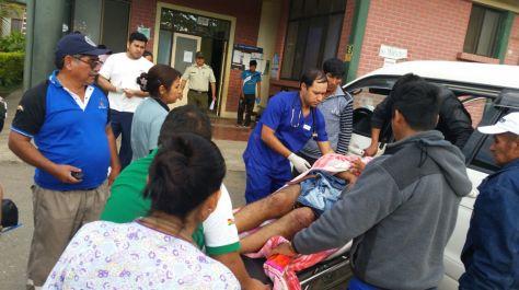 Los heridos del accidente llegan hasta el hospital de Villa Tunari. Foto: Álex Gironaz