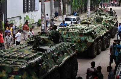 Las fuerzas especiales rodearon el restaurante con tanquetas blindadad. (AP Photo) - <Authors/>