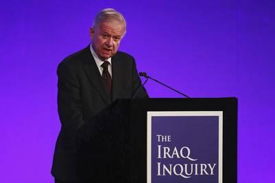 Sir John Chilcot pronuncia su discurso durante la presentación de su informe sobre la guerra de Irak en 2003, en el centro de conferencias Queen Elizabeth II, en Londres, Reino Unido./ EFE
