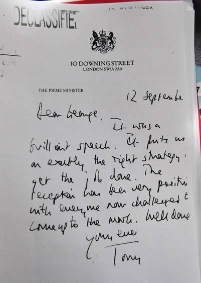 Una carta desclasificada escrita a mano por Tony Blair para el entonces presidente George Bush, es parte de las evidencias del informe Chilcot. / AFP