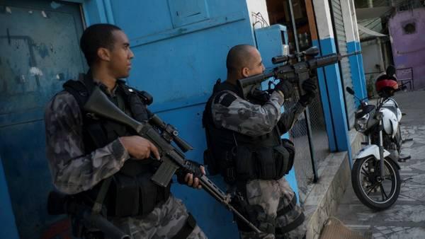 Operativo. Fuerzas de seguridad en una redada en la favela Jacarezinho. La policía recomienda no exhibir celulares caros ni cámaras de fotos./AP