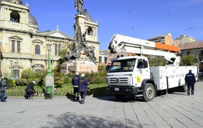 Obreros ingresan a la plaza Murillo para realizar limpieza y mantenimiento después de dos meses