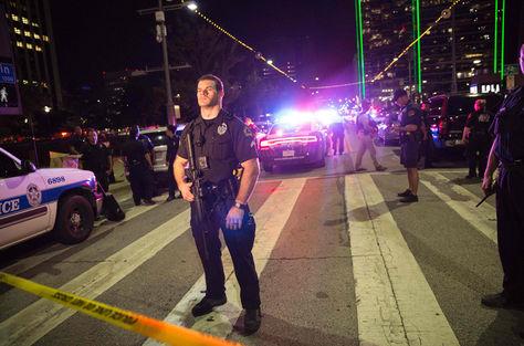 Un oficial de la Policía de Dallas en el lugar donde sus camaradas fueron asesinados.