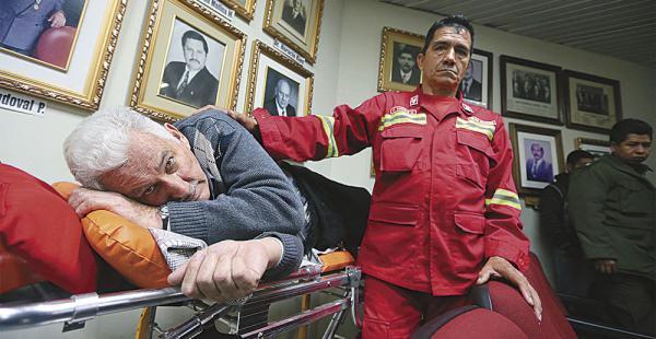 Los paramédicos de Bomberos se dieron modos para atender al general. El policía Vargas fue solidario