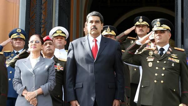 El presidente de Venezuela, Nicolás Maduro (c), durante un acto de ascensos militares en el Panteón Nacional./ EFE
