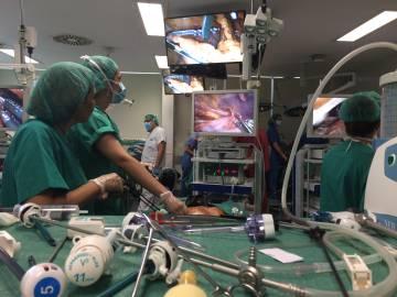 La práctica con técnicas de endoscopia permite reducir las incisiones externas y los tiempos de recuperación.