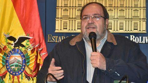 El ministro de educacion Roberto Aguilar en conferencia de prensa en palacio de gobierno.