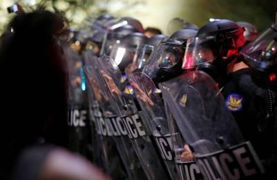 Cascos. La policía, en guardia el viernes a la noche, durante la protesta en Phoenix, Arizona. /AP