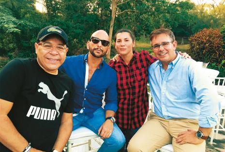 EN PRIMERA FILA Marcelo Rojas, Daniel Kwacz, Verónica Crespo y Carlos Balcázar aprovecharon el día para adular a su amiga