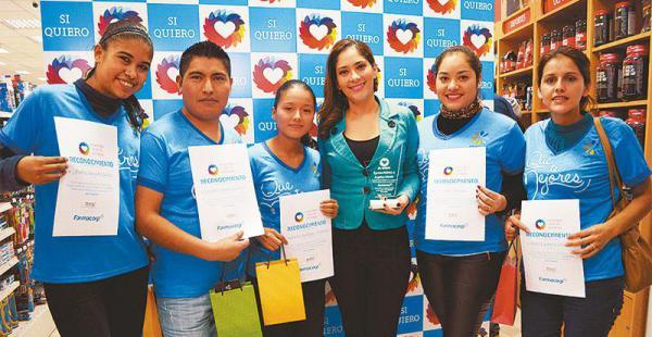 LINDO GRUPO DE APOYO. Los impulsadores de la campaña de las diferentes sucursales destacadas y la embajadora de la campaña, Angélica Mérida