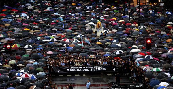 A dos meses del fallecimiento del fiscal Alberto Nisman, miles de personas se movilizan para pedir el esclarecimiento de su muerte (Foto: Ricardo Pristupluk / Clarín)