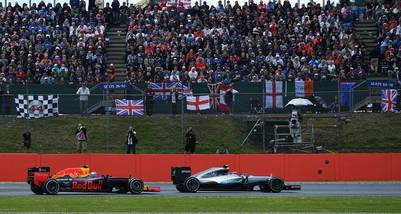 Verstappen y su Red Bull, pegados al Mercedes de Nico Rosberg (AFP)