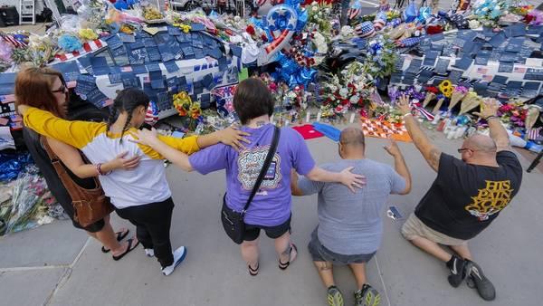 Gente rezando en el memorial de las víctimas asesinadas en Dallas. EFE