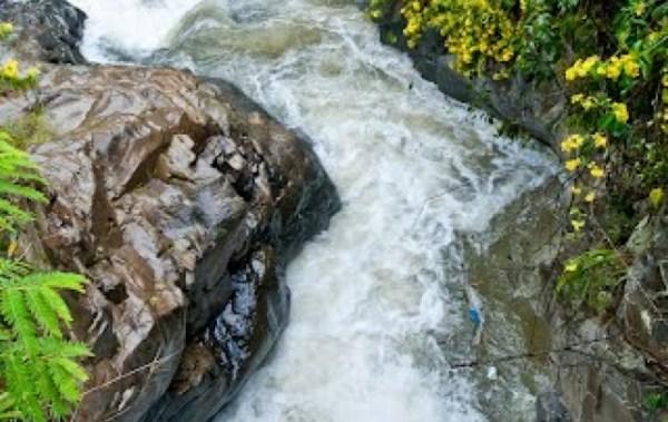 Policía encuentra los cuerpos de una pareja de turistas en un río en Coroico
