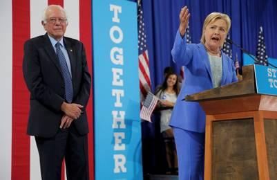 Hillary Clinton agradece el apoyo del senador Bernie Sanders, en un acto en New Hampshire. / Reuters