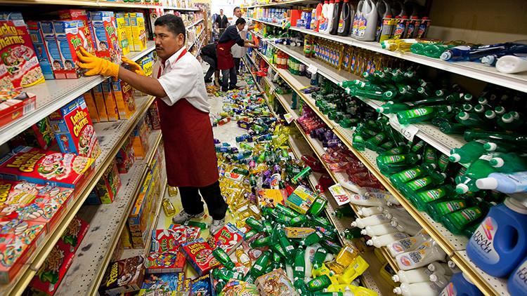 Empleados de un supermercado de California acomodan la mercadería en las góndolas tras un terremoto de 7,2 grados de magnitud, el 5 de abril de 2010