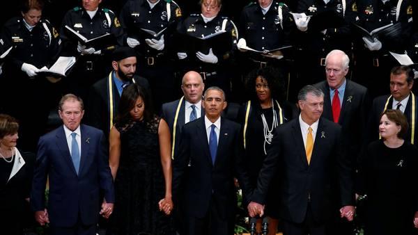 El ex presidente de EE.UU. George W. Bush , a la izquiera, la Primera Dama Michelle Obama, Barack Obama y el Alcalde de Dallas Mike Rawlings durante la ceremonia por las víctimas de Dallas, Texas. REUTERS/Carlo Allegri