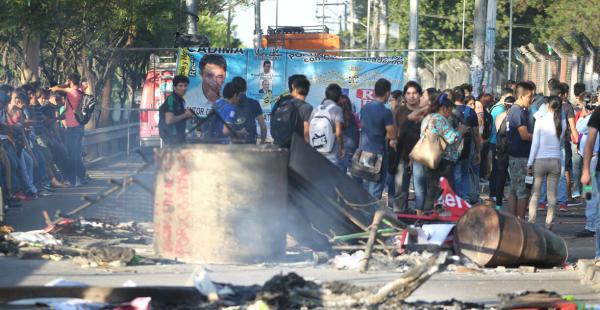 Los universitarios quemaron maderas y afiches de los candidatos Saúl Rosas y Alfredo Jaldín como protesta por los resultados dados a conocer por la corte