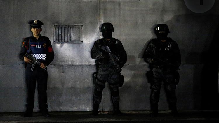Varios agentes de policía montan guardia mientras esperan la llegada de Héctor Palma