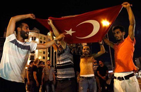 Partidarios del Presidente de Turquía, Recep Erdogan Tayyup gritan consignas en la plaza Taksim, en Estambul (Turquía) hoy, 16 de julio de 2016. Foto: EFE