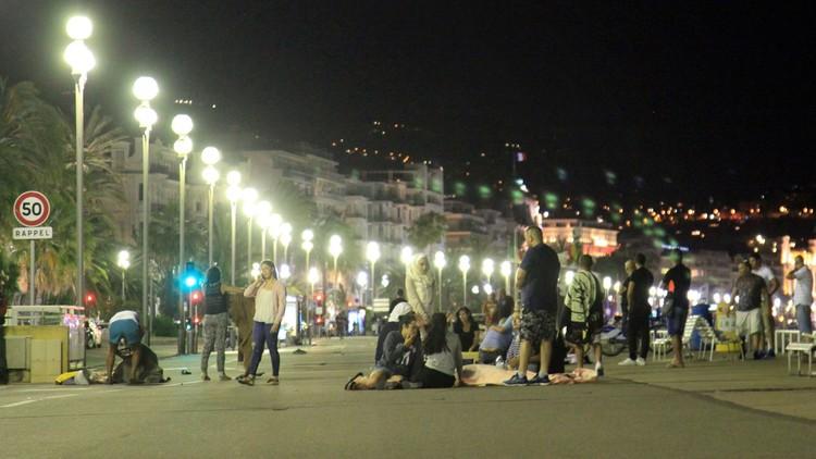 Víctimas y heridos cubiertos con mantas, tras el atentado en Niza, Francia, el 14 de julio de 2016.
