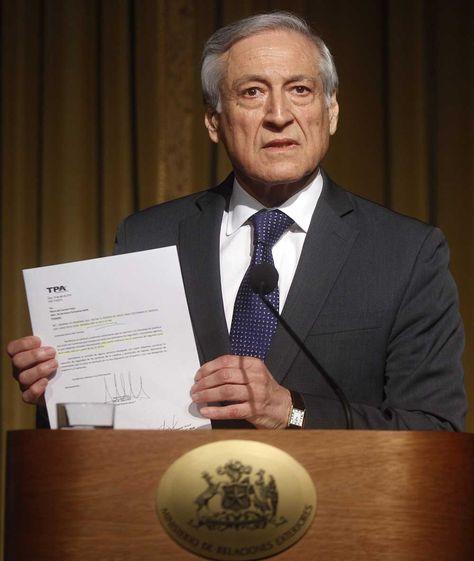 El ministro de Relaciones Exteriores chileno, Heraldo Muñoz, ofrece una rueda de prensa en Santiago.
