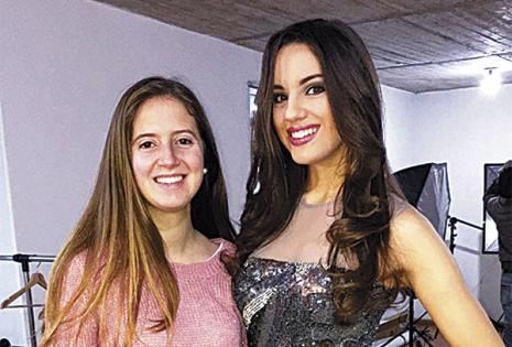 """A Romina Graña se la vio haciendo barra a su amiga Romina Trotto (dcha.) en el miss mundo Uruguay, que ganó. Las 'romis' se conocieron cuando eran niñas. """"íbamos a la playa juntas"""", cuenta la reina uruguaya, que vive en Santa Cruz"""