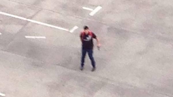 Masacre de Munich. Una imagen del asesino con un arma en la mano, difundida en Twitter.