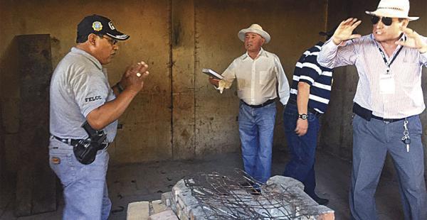 Los investigadores en la quinta donde se produjo el crimen
