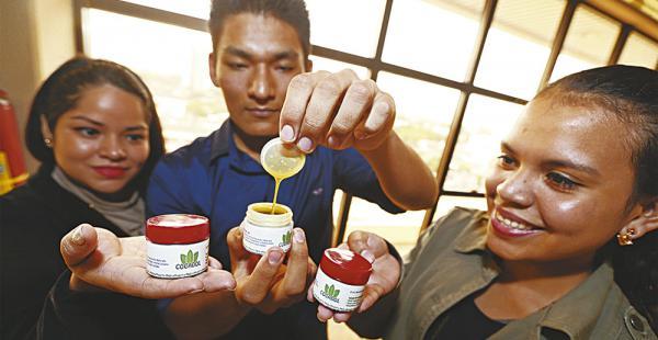 Alumnos de la carrera de Fisioterapia y Kinesiología desarrollaron el gel de coca