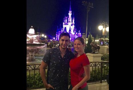 Con su amor, Rodrigo Antezana frente al castillo de Disney