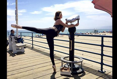 Mostrando sus dotes de bailarina clásica