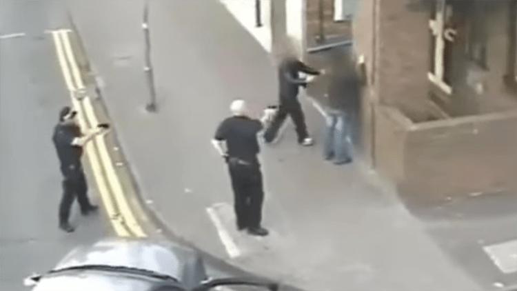 Un equipo policial actúa en la calle High de Birmingham