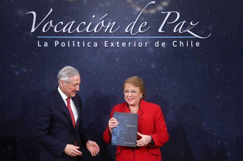 """El ministro de Relaciones Exteriores de Chile, Heraldo Muñoz (izq), entrega el libro """"Vocación de Paz"""" a la presidenta del país, Michelle Bachelet."""