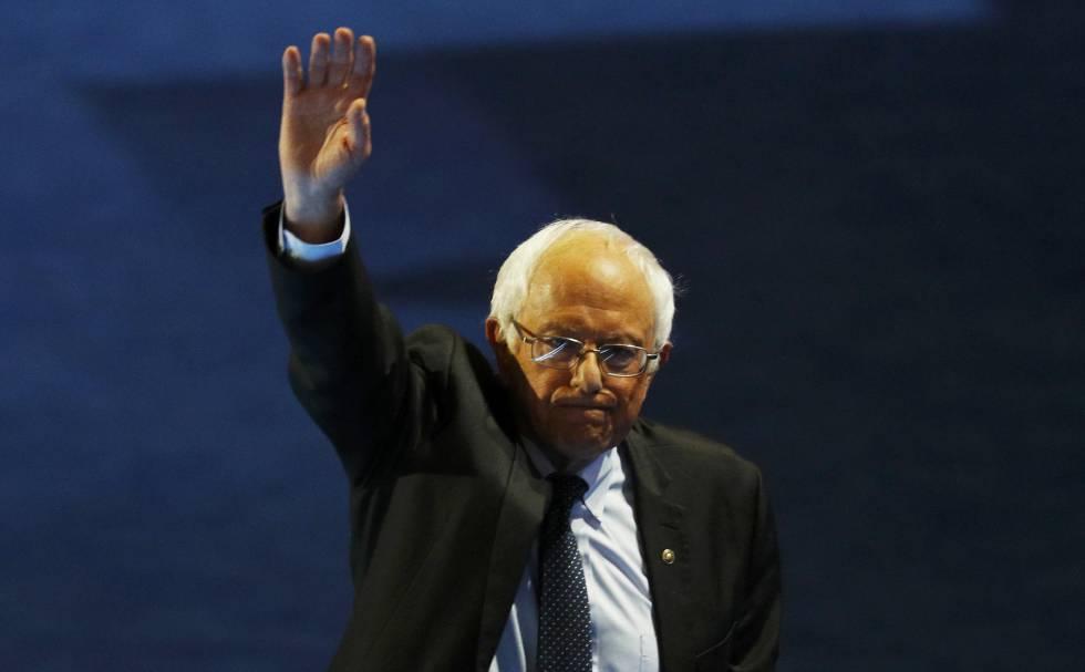 El senador Bernie Sanders se despide de sus seguidores al salir de la Convención Demócrata.