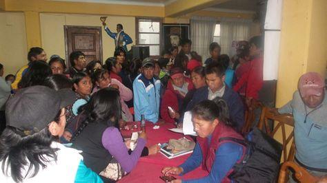 Extrabajadores de Enatex durante una reunión esta tarde. Foto: Dennis Luizaga