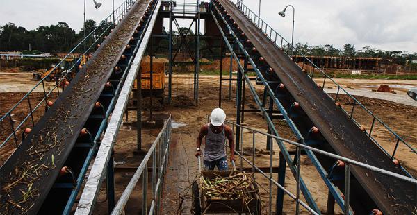 comenzó a producir el ingenio azucarero de san buenaventura es una obra de la camc Un obrero acarrea caña en medio de las cintas transportadoras del ingenio del norte de La Paz