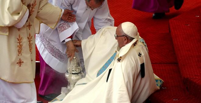 El papa Francisco se cae durante una misa en su viaje a Czestochowa, en Polonia/REUTERS