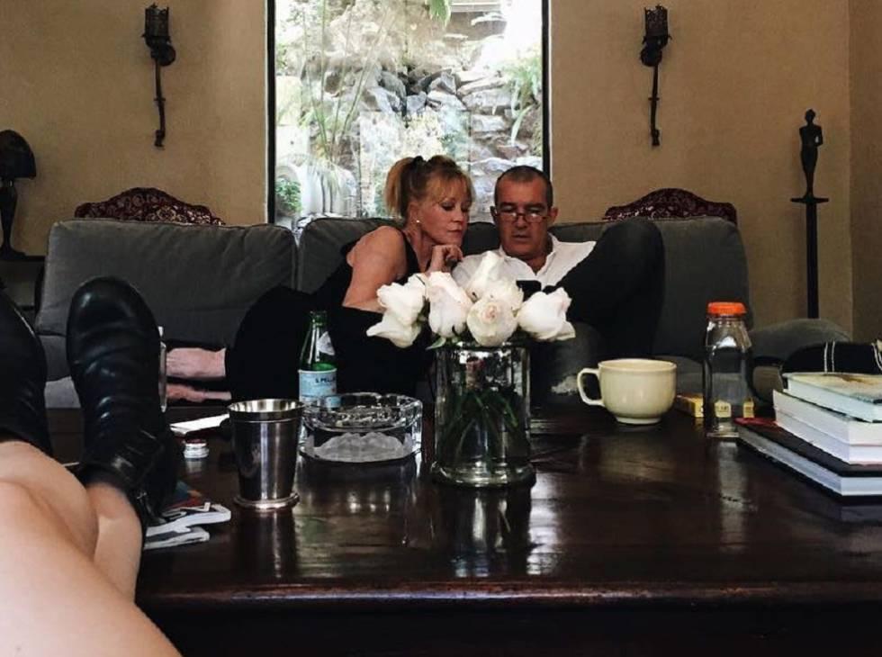Melanie Griffith y Antonio Banderas, en la imagen publicada por su hija en Instagram.