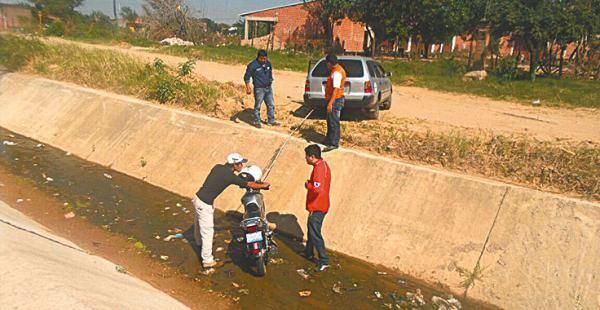 Tras caer al canal, conductores acudieron para prestarle ayuda