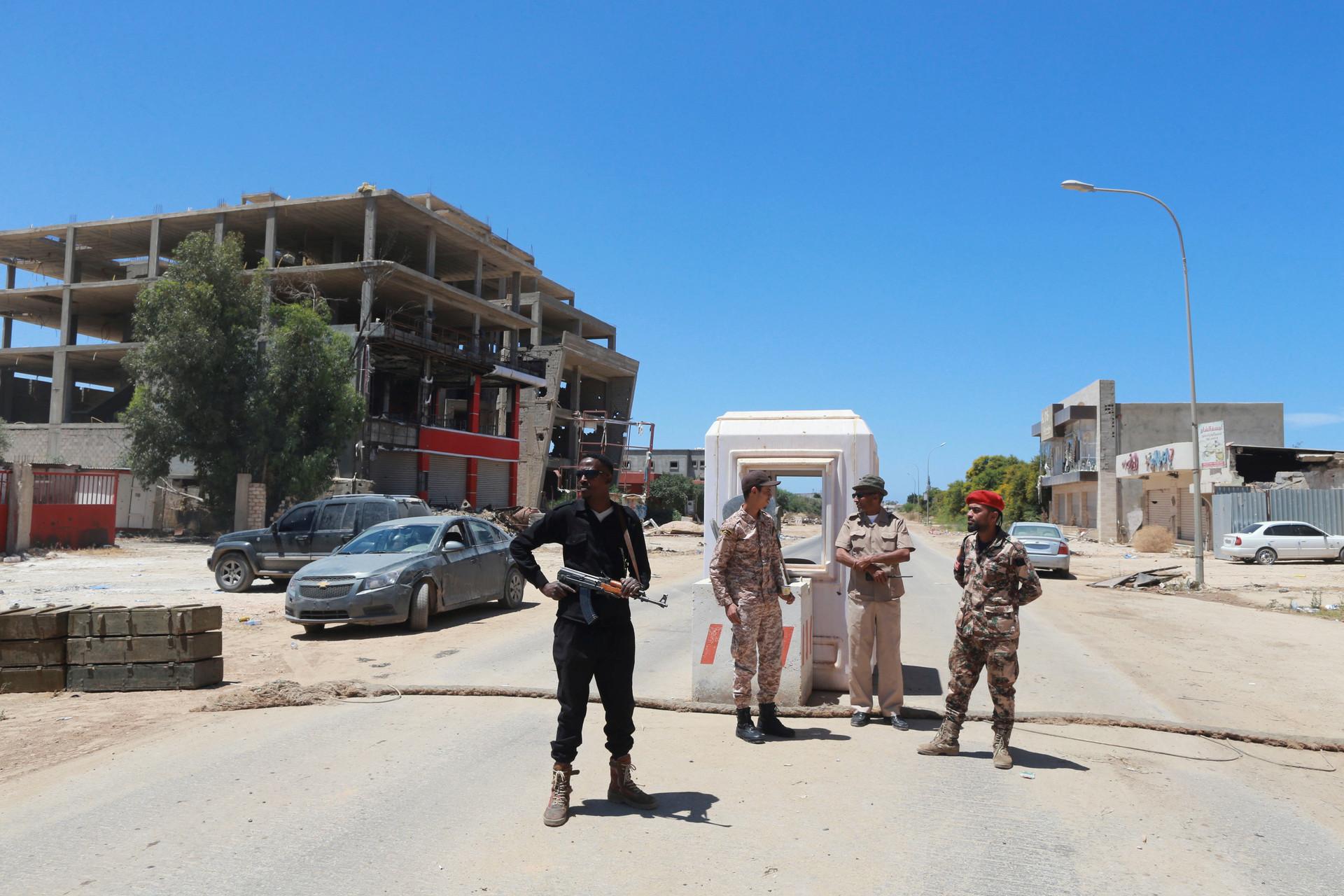 Miembros de las Fuerzas Armadas de Libia en un punto de control en Bengasi, Libia, el 16 de mayo de 2016.