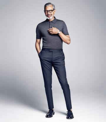 El actor viste camisa y pantalón de Prada. Gafas, Tom Ford y zapatos Saint Laurent por Hedi Slimane.